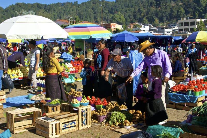 Mensen bij de markt van FarmerÂ, San Juan Chamula, Mexico stock afbeeldingen