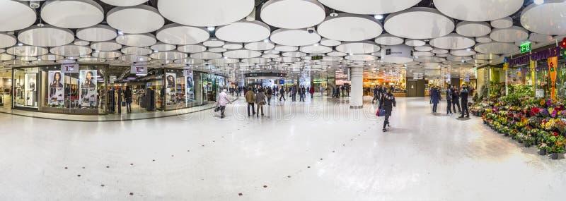 Mensen bij de metro post Karlsplatz in metro van München royalty-vrije stock afbeeldingen