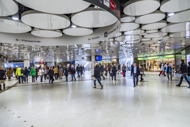 Mensen bij de metro post Karlsplatz in metro van München royalty-vrije stock fotografie