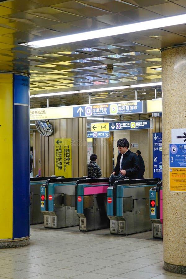 Mensen bij de metropost in Kyoto stock foto's
