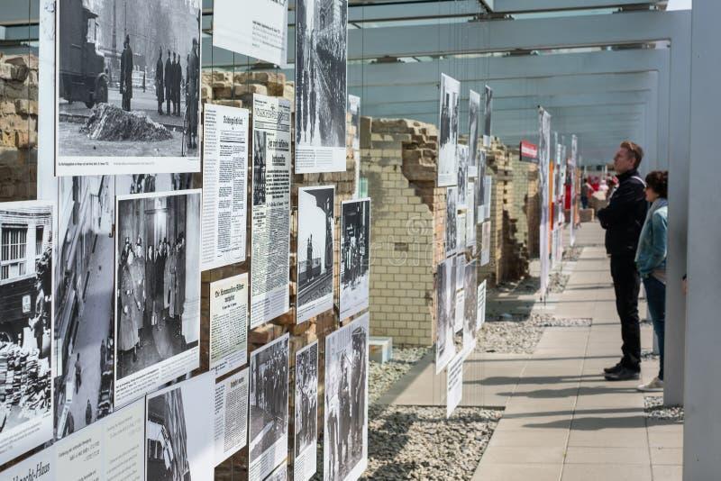 Mensen bij de Topografie van Verschrikking het Duits: Topographie des Ter royalty-vrije stock afbeeldingen