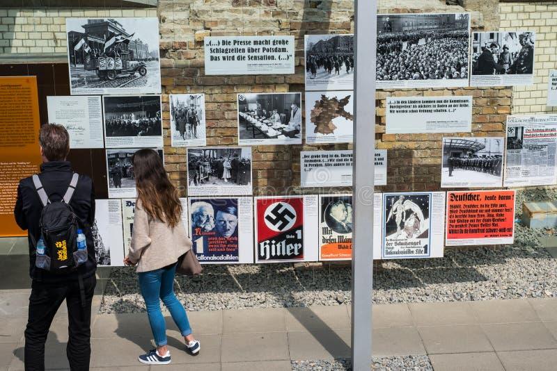 Mensen bij de Topografie van Verschrikking het Duits: Topographie des Ter royalty-vrije stock foto's