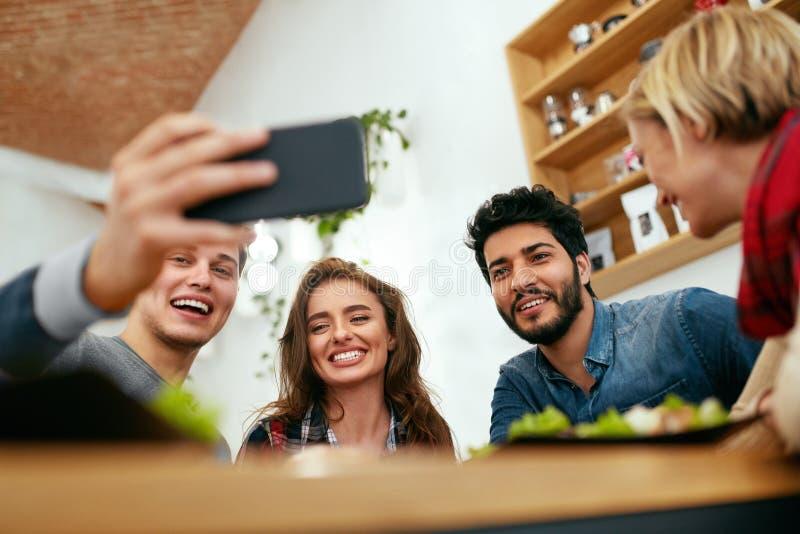 Mensen bij Diner die Foto's op Telefoon nemen Vrienden het Video Roepen stock foto's