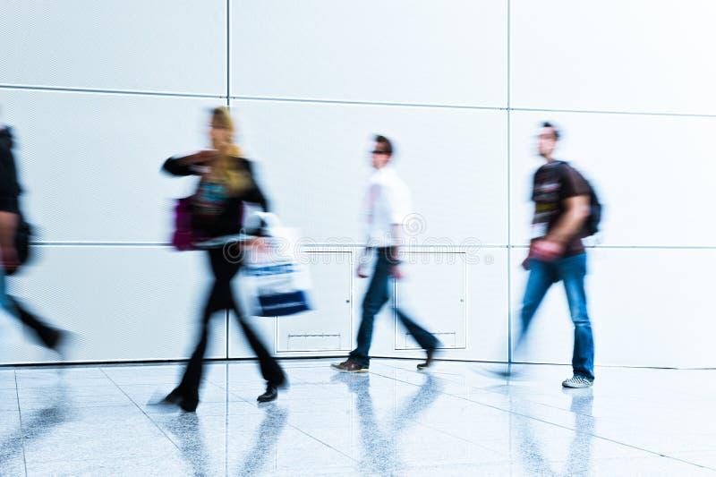 Download Mensen Bij Een Handelsbeurszaal Stock Afbeelding - Afbeelding bestaande uit marketing, commute: 107700813