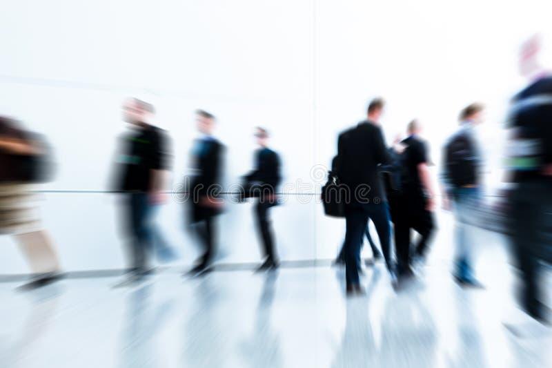 Download Mensen Bij Een Handelsbeurszaal Stock Foto - Afbeelding bestaande uit snelheid, toon: 107700972