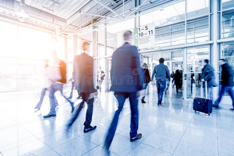 Download Mensen Bij Een Handelsbeurszaal Stock Foto - Afbeelding bestaande uit commercieel, cabine: 107701124
