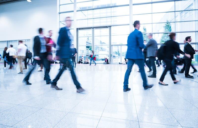 Download Mensen Bij Een Handelsbeurszaal Stock Foto - Afbeelding bestaande uit menigte, expo: 107701474