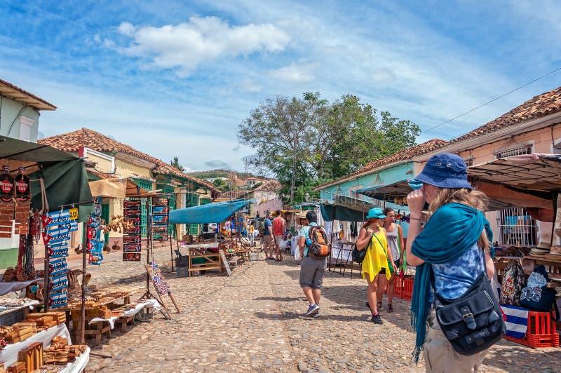 Mensen bij een markt in Trinidad, Cuba stock fotografie