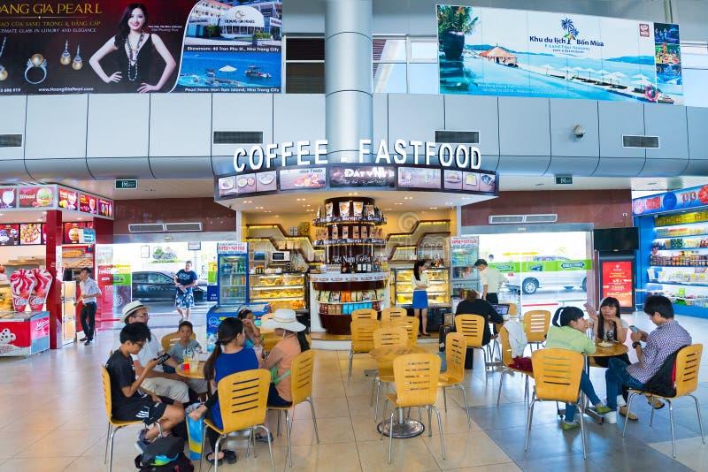 Mensen bij fastfood restaurant bij de Internationale Luchthaven van Nokkenranh royalty-vrije stock foto