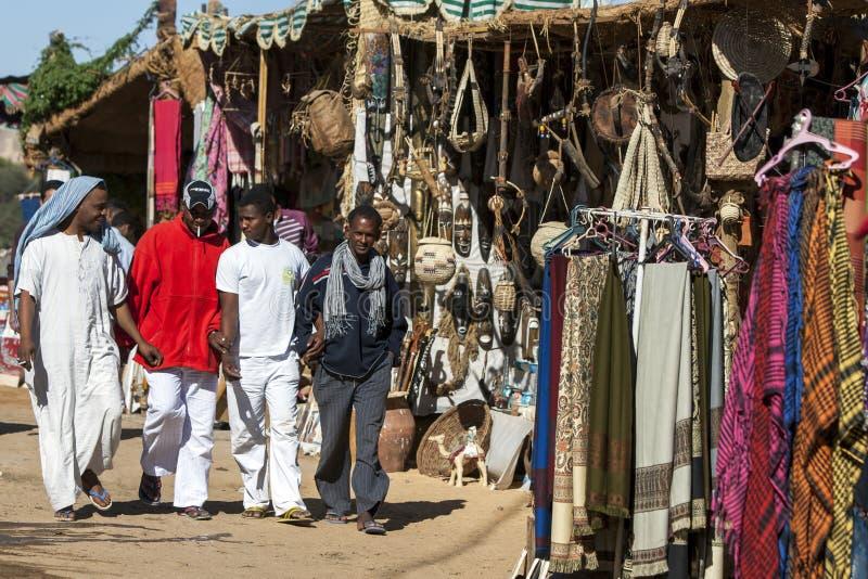 Mensen bij het Nubian-dorp van gewaad-Sohel in het Aswan-gebied van Egypte royalty-vrije stock foto's