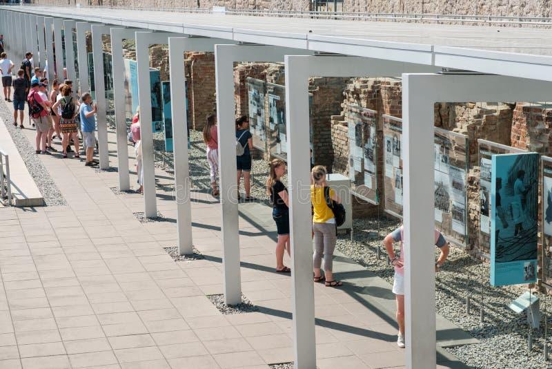 Mensen bij Historisch Museum, Topografie van verschrikking, een openluchttentoonstelling in Berlin Wall in Berlijn royalty-vrije stock afbeeldingen