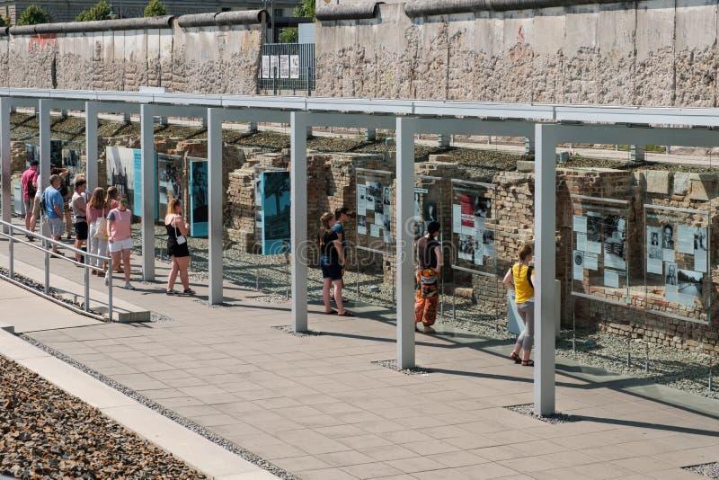Mensen bij Historisch Museum, Topografie van verschrikking, een openluchttentoonstelling in Berlin Wall in Berlijn royalty-vrije stock afbeelding