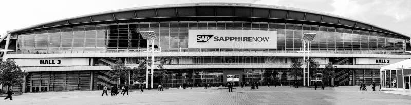 Mensen bij ingang aan SAFFIERconferentie van SAP-bedrijf stock afbeeldingen