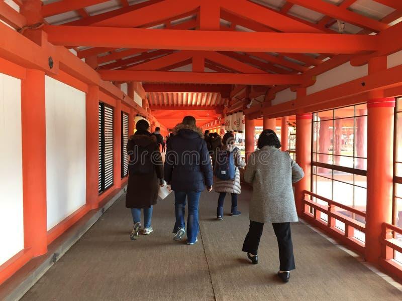 Mensen bij Itsukushima-Heiligdom in Miyajima-eiland stock fotografie