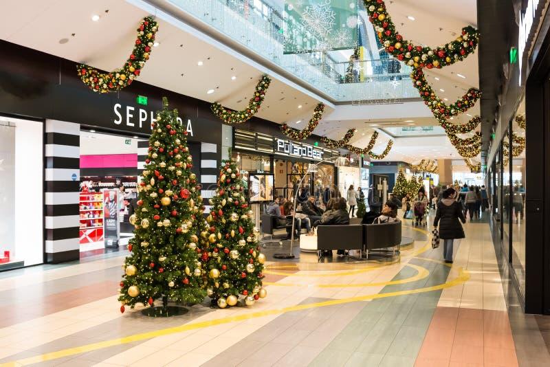 Mensen bij Kerstmisgiften het Winkelen royalty-vrije stock afbeeldingen