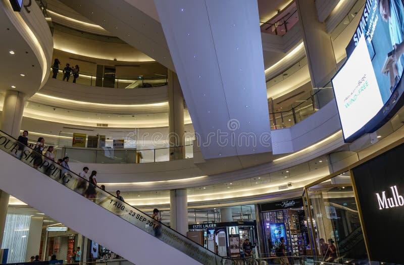 Mensen bij MBK-winkelcomplex in Bangkok royalty-vrije stock fotografie