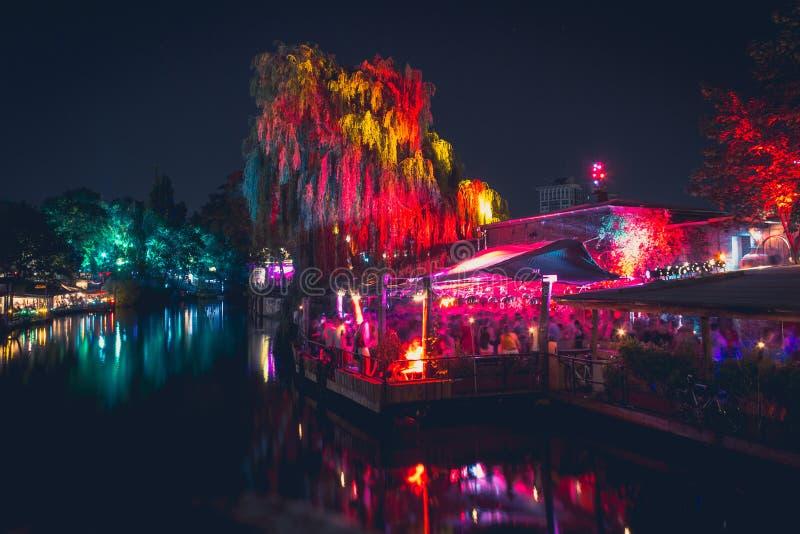 Mensen bij openluchtclub in Berlijn bij nacht stock afbeeldingen