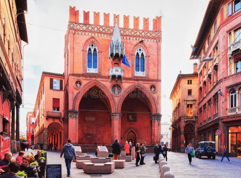 Mensen bij Palazzo-della Mercanzia in Bologna stock foto