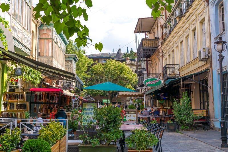 Mensen bij restaurant in de Oude Stad van Tbilisi royalty-vrije stock fotografie