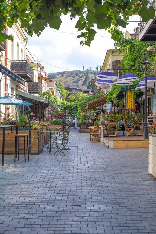 Mensen bij restaurant in de Oude Stad van Tbilisi stock foto