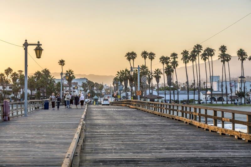 Mensen bij toneel oude houten pijler in Santa Barbara in zonsondergang stock foto