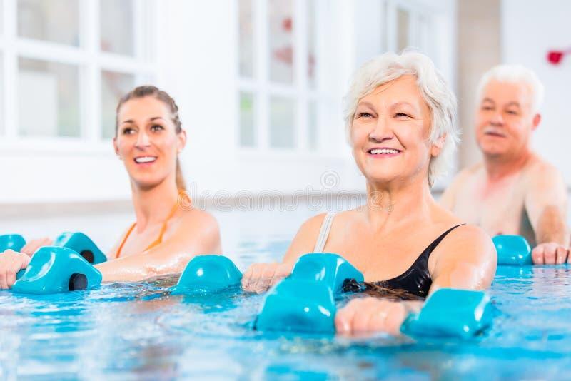 Mensen bij watergymnastiek in fysiotherapie royalty-vrije stock foto