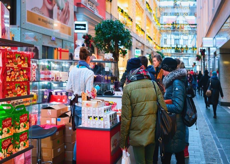 Mensen bij winkelcentrum in Riga royalty-vrije stock afbeelding