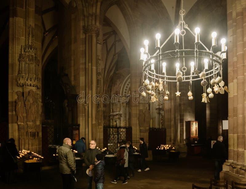 Mensen binnen Notre-Dame die de Kerstmisscènes bewonderen royalty-vrije stock foto