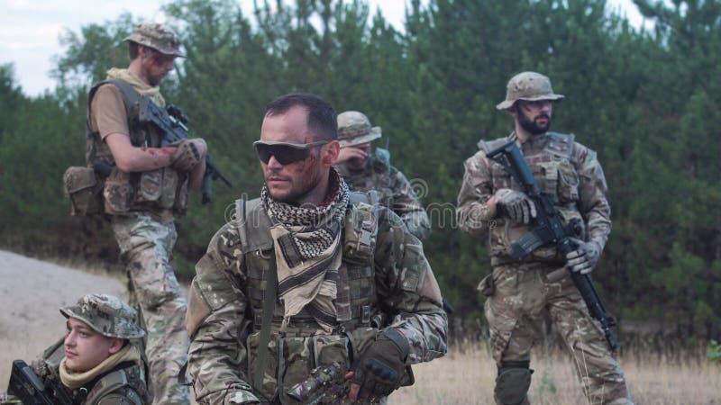 Mensen in camouflage met buiten kanonnen royalty-vrije stock foto