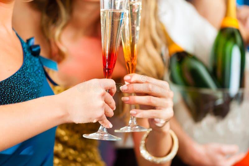 Mensen in club of staaf het drinken champagne stock foto