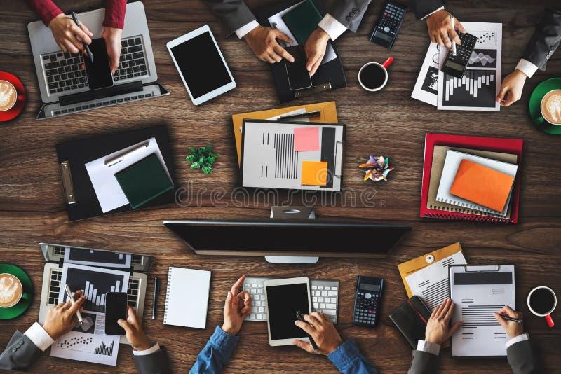 Mensen collectieve van commerciële de mening teamconcepten Hoogste Digitale marketing media smartphonesoftware stock fotografie