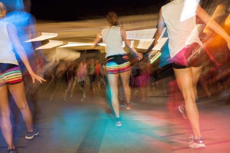 Mensen dansen energiek in de klasse van de gymnastiekgeschiktheid royalty-vrije stock afbeeldingen
