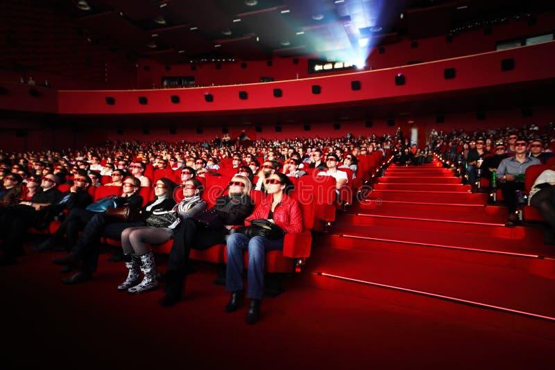 Mensen in de film van 3d-glazenhorloges stock afbeeldingen