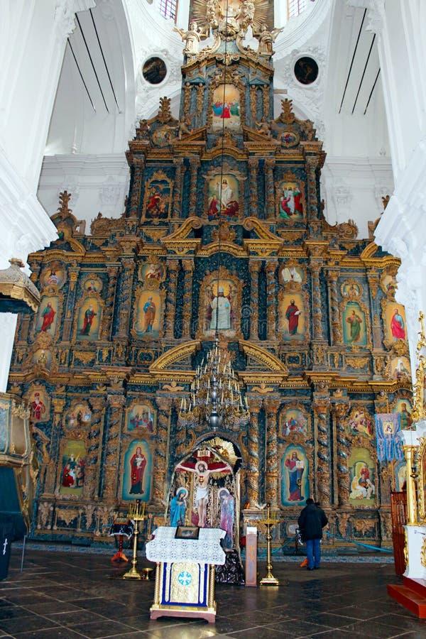 Mensen in de kerk dichtbij mooie iconostasis royalty-vrije stock foto