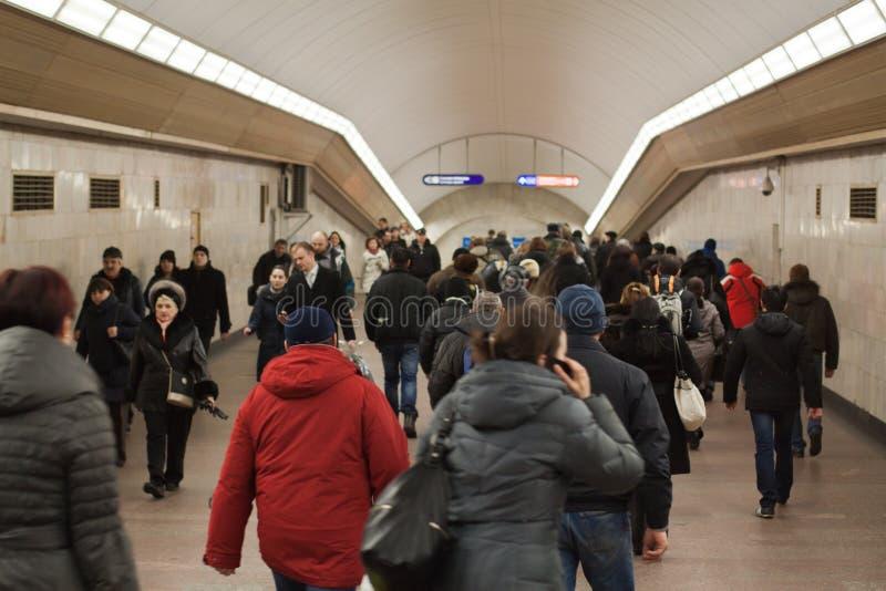 Mensen in de metro, heilige-Petersburg, Rusland royalty-vrije stock afbeelding