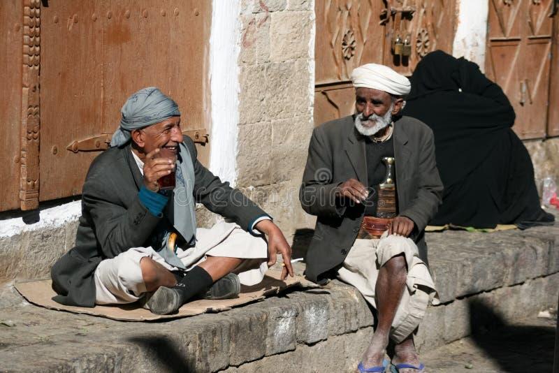 Mensen in de oude stad van Sanaa (Yemen). royalty-vrije stock afbeeldingen