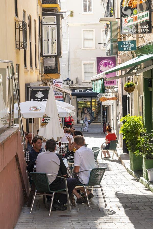 Mensen in de pub van Gibraltar royalty-vrije stock afbeelding