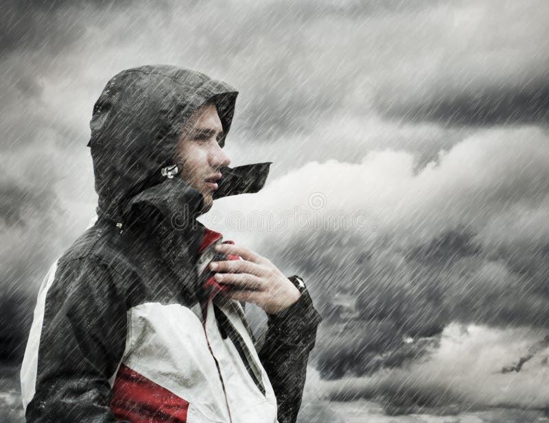 Mensen in de regen royalty-vrije stock afbeeldingen