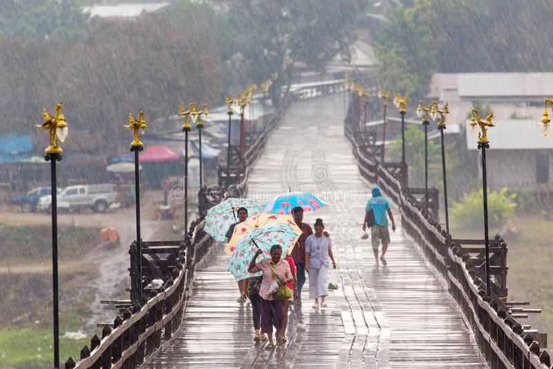 Mensen in de regen stock foto
