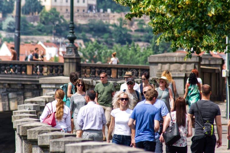 Mensen in de stad in Praag stock fotografie