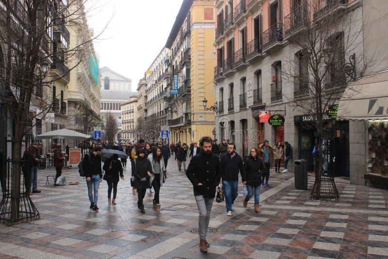 Mensen in de straat in Madrid, hoofdstad van Spanje Het lopen van straat met voetgangers royalty-vrije stock foto