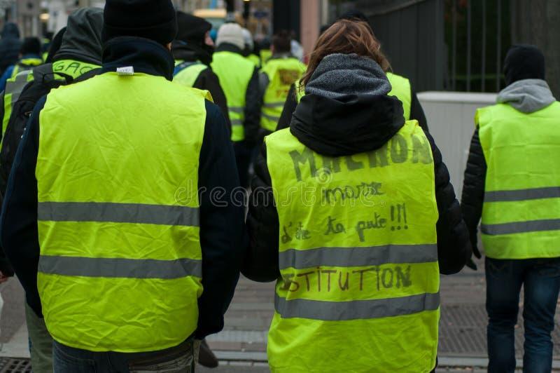 Mensen in de straat tegen belastingen protesteren en toenemende brandstofprijzen die met bericht: vermoeid van uw het zijn stock afbeelding