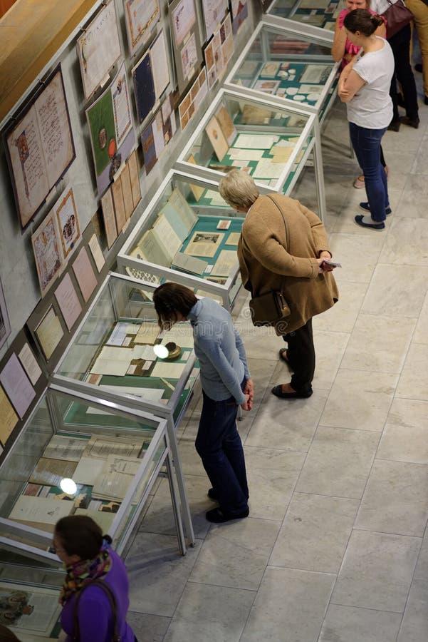Mensen in de tentoonstelling royalty-vrije stock afbeeldingen