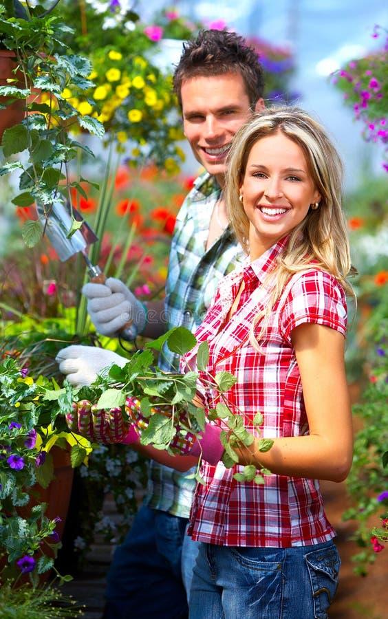 Mensen in de tuin royalty-vrije stock afbeelding