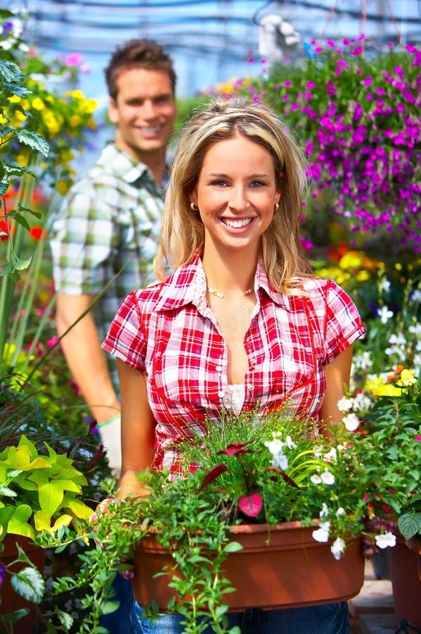 Mensen in de tuin stock afbeeldingen