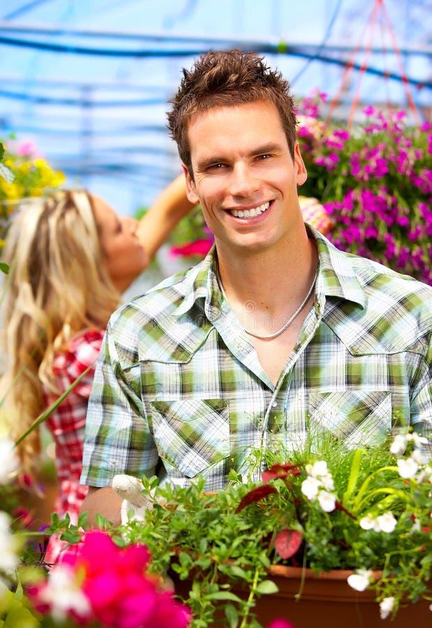 Mensen in de tuin stock foto's