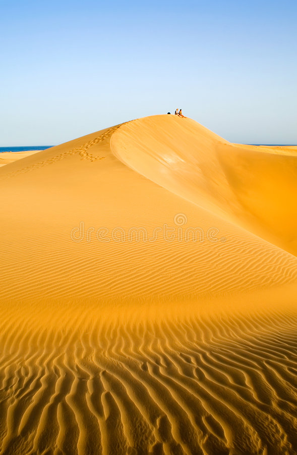 Mensen in de woestijn   stock foto