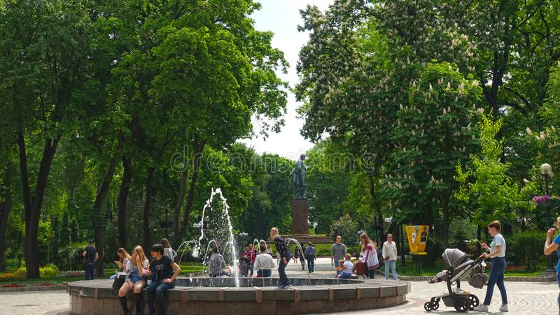 Mensen dichtbij de fontein in Kiev in Shevchenko-Park op een de lentedag stock foto's