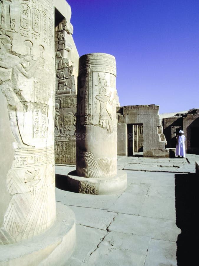Mensen dichtbij de gezichten van Egypte Reis van de ruïnes van oud Egypte stock foto's