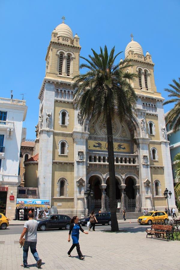 Mensen dichtbij Katholieke kathedraal in Tunis, Tunesië stock fotografie